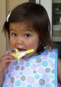 Mädchen und Jungen ziehen wie es scheint unterschiedliche Speisen vor.