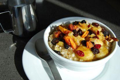 Ein leckeres und nahrhaftes Müsli stellt man am besten selbst her- mit frischem Obst und Haferflocken.