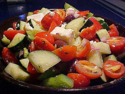 Griechischer Salat enthält oft Fetakäse und natürlich viel frisches Gemüse.