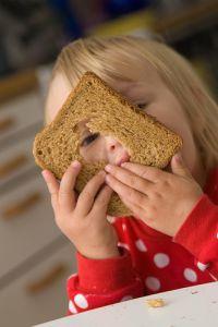 Wer im Kindesalter vor allem ballaststoffreiche Lebensmittel zu sich nimmt, neigt später scheinbar nur selten zu Übergewicht.