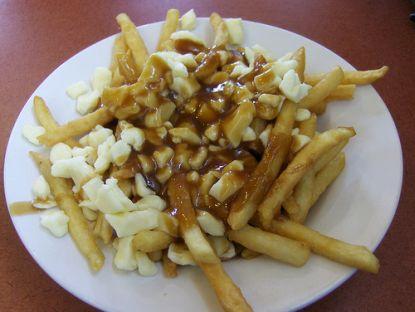 Pommes ertinken in Mayo und Ketchup © flickr / Joe Shlabotnik