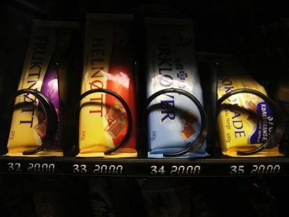 Schokolade und auch Bonbons, Kartoffelchips und Fruchtgummi können Kinder in der Schulpause an Automaten erhalten.