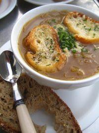 Zwiebelsuppe und frisches Baguette- eine leckere und wärmende Mahlzeit.
