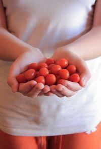 Hände voller Tomaten © flickr / Pink Sherbet Photography