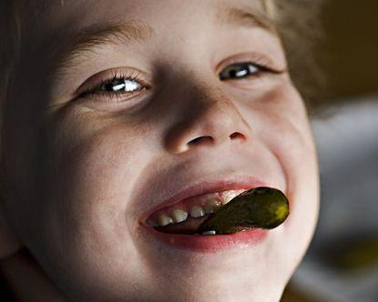Junge isst Gewürzgurke © flickr / chefranden