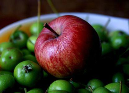Roter Apfel auf grünen Äpfeln © flickr / Pink Sherbet Photography