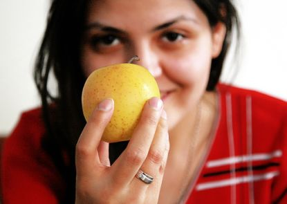 Mädchen hält Apfel © Flickr / Shahram Sharif