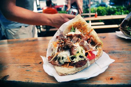 Döner, Currywurst und Co. machen sich auf den Hüftenbreit ©Flickr/Alex Kehr