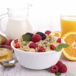 healthy breakfast, porridge with berries
